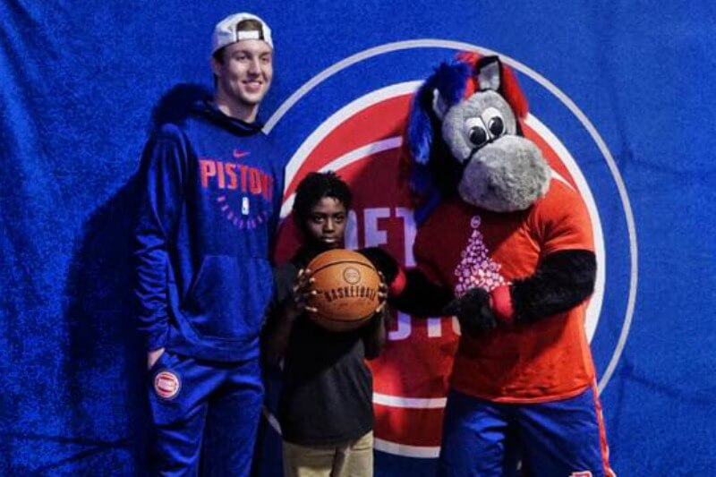 https://www.facebook.com/detroitpistons/photos/a.467914710294/10156797747295295/?type=3&theater