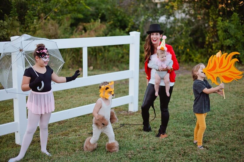 https://freshmommyblog.com/diy-circus-family-costume/