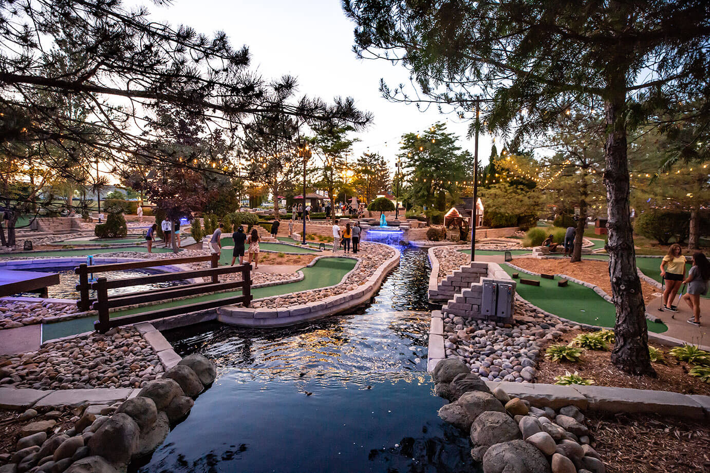 https://cjbarrymores.com/attractions/outdoor/miniature-golf/